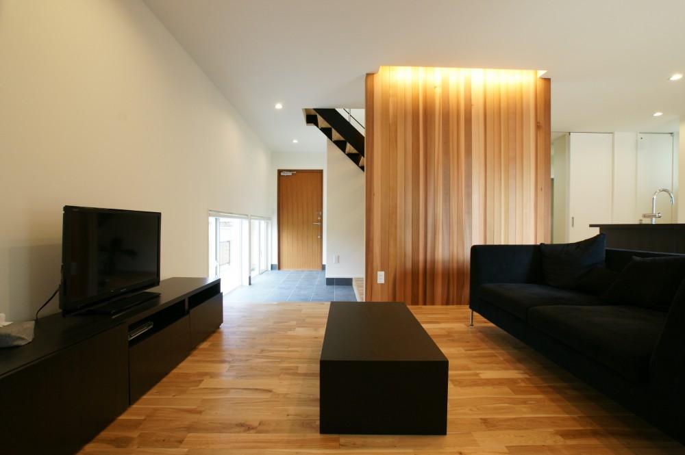 白の外壁に木の板がおしゃれな家 リビング