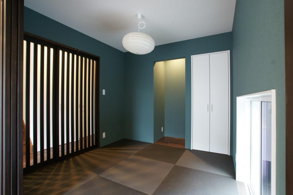 黒い外壁に木格子が品のある和風住宅