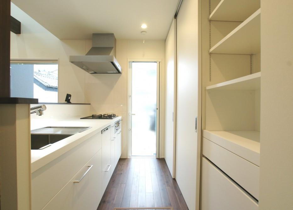 黒い外壁に木格子が品のある和風住宅 キッチン