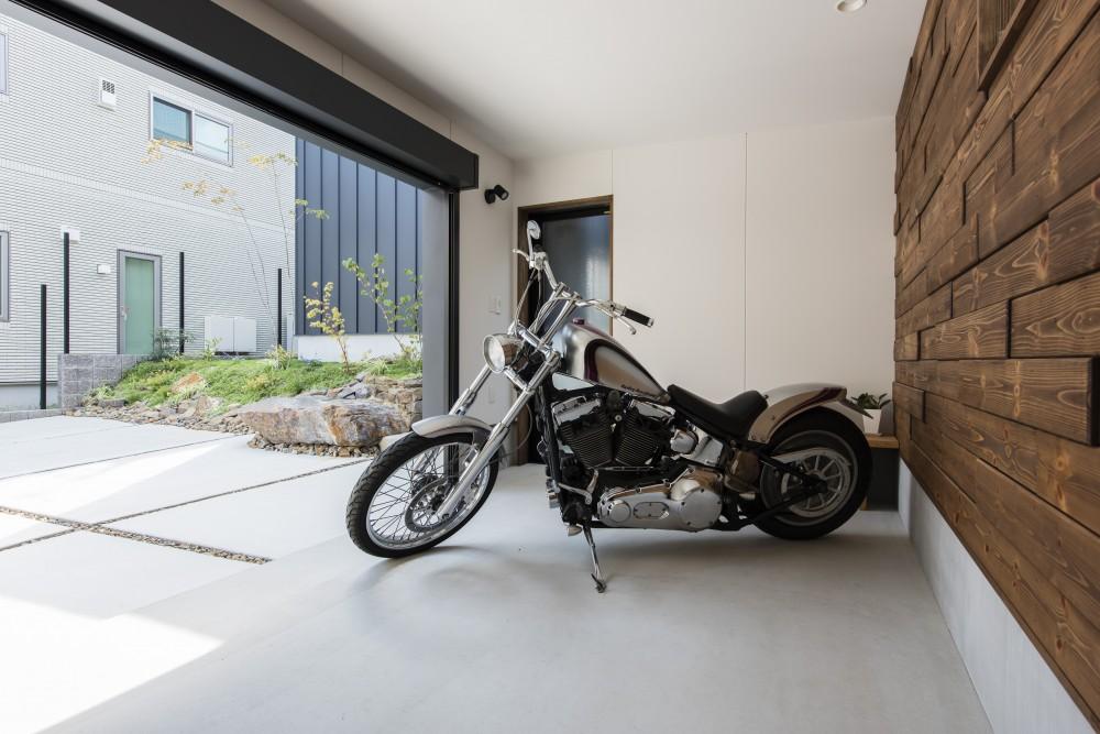 バイクガレージのあるおしゃれな家