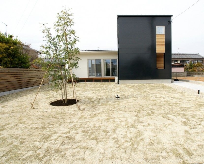 黒と白のコントラストがきれいな家