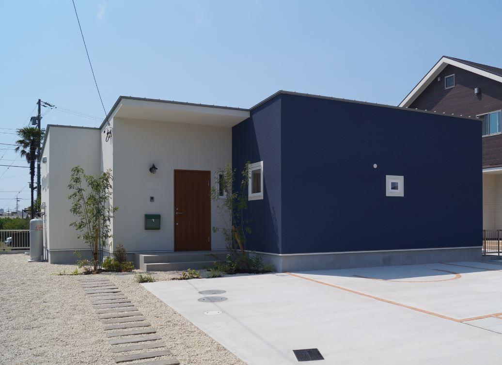 紺と白のコントラストが印象的なおしゃれかわいい平屋の家