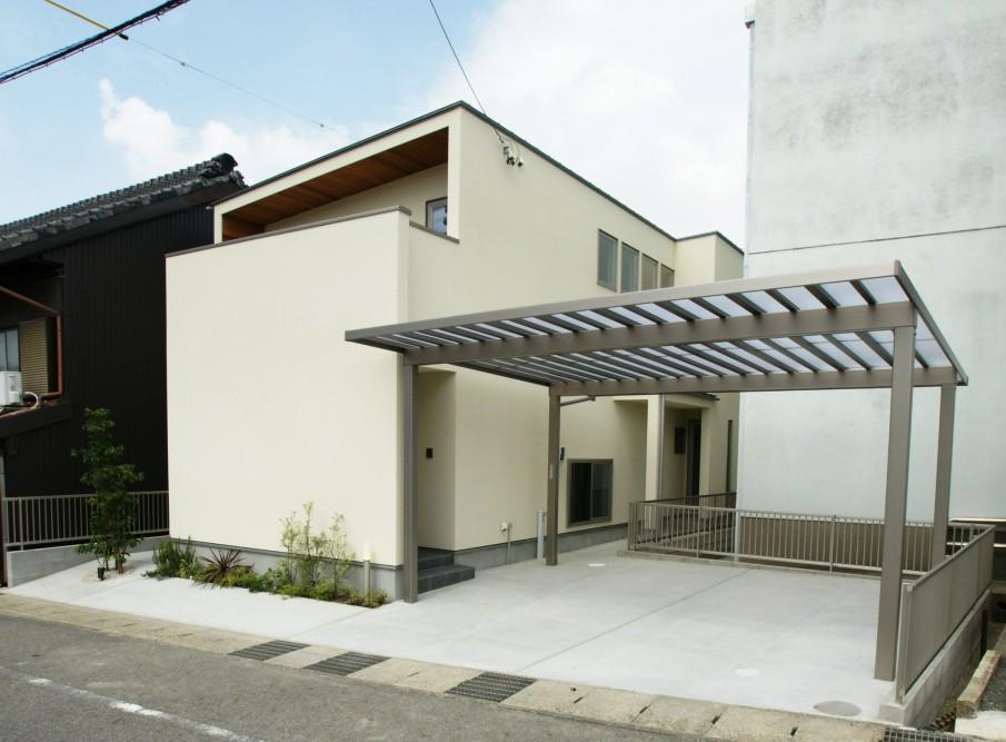 プライバシーを確保しながらも吹抜けから差込む光が開放的な白い家