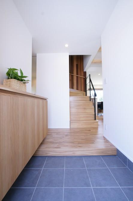 玄関と木の壁がおしゃれな階段