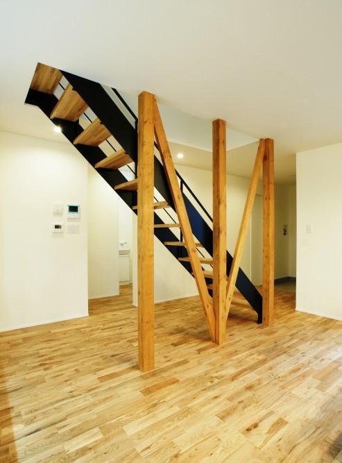 むき出しの柱と筋交い 階段