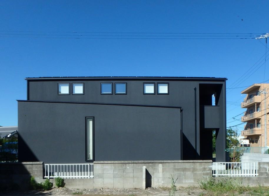 黒い壁と木の組み合わせの外観