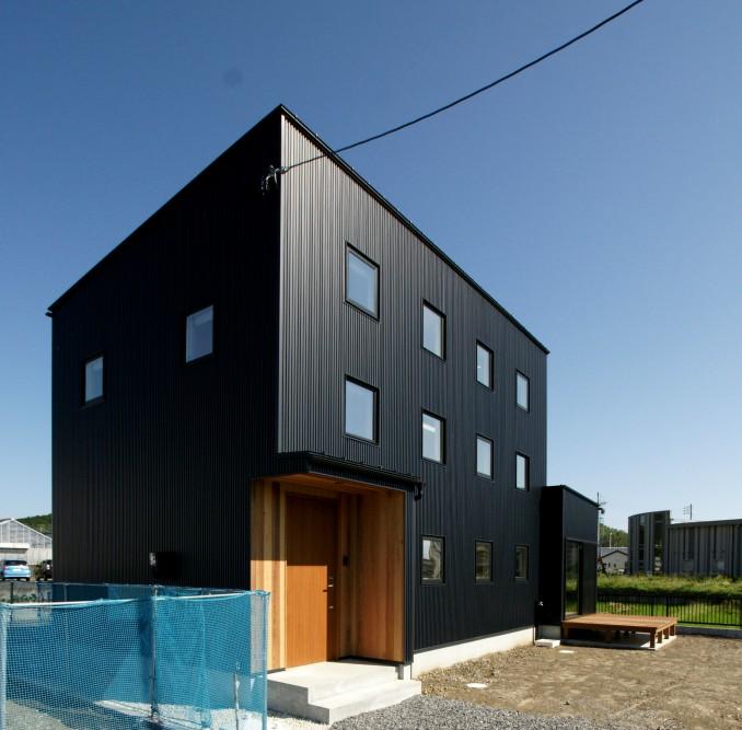 整列した四角い窓がかわいい家